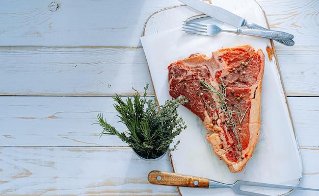 夕食には新鮮なステーキ。調理する準備ができているプレミアム生ビーフステーキ