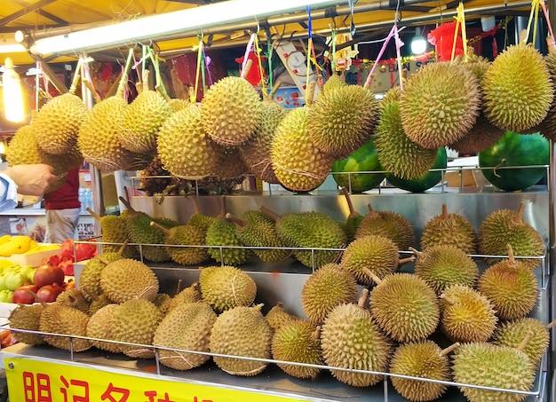 Свежие вонючие фрукты дуриан в витрине уличного азиатского магазина
