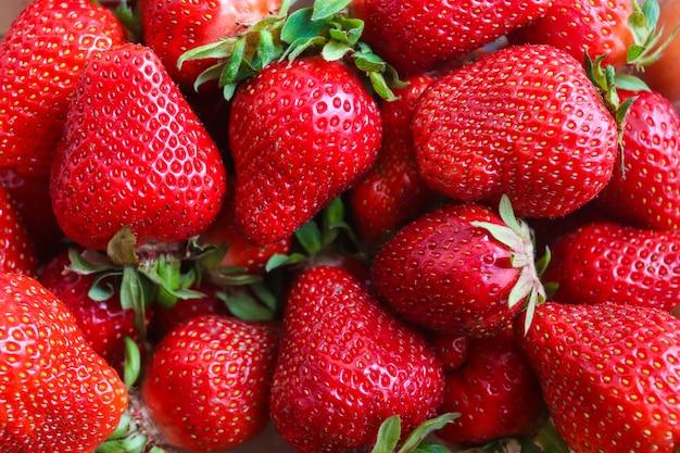 新鮮なイチゴの背景。上面図。新鮮なオーガニックフルーツ。健康食品のコンセプト。フラットレイ。