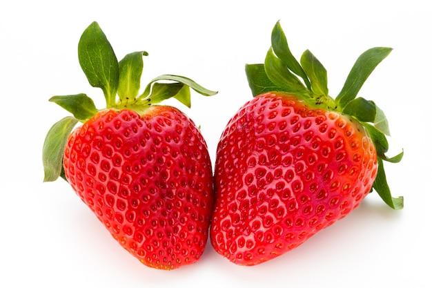新鮮なイチゴは白い背景にクローズアップ。