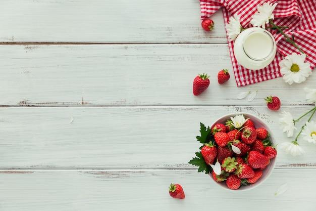 セラミックボウルと天然バイオヨーグルトの新鮮なイチゴ