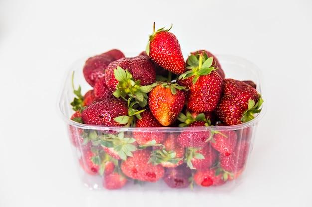 プラスチックパッケージの新鮮なイチゴ