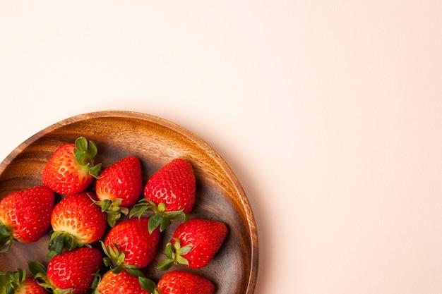 흰색 배경에 나무 그릇에 신선한 딸기