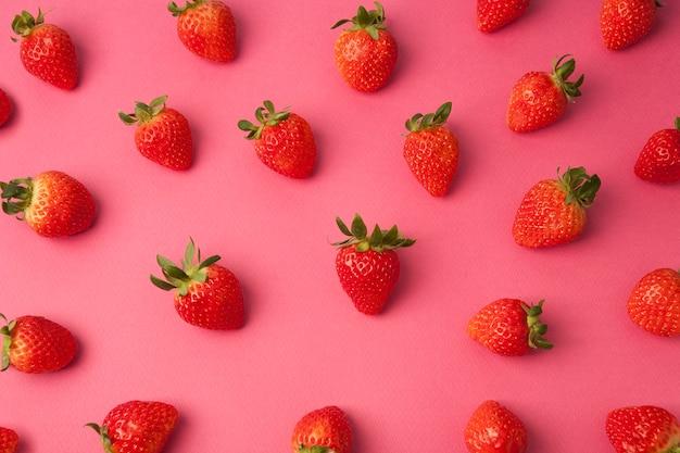 핑크 바탕에 신선한 딸기