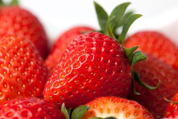 흰색 바탕에 신선한 딸기