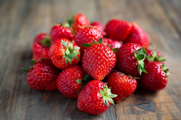 나무 테이블에 신선한 딸기