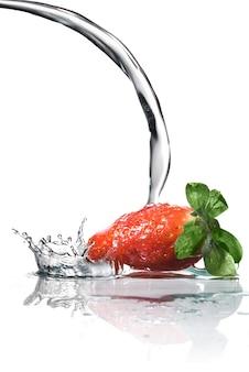 白で隔離の新鮮なイチゴと水のしぶき