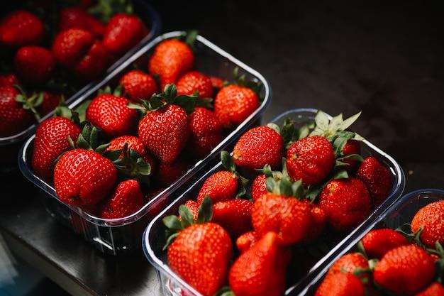 八百屋の新鮮なイチゴのカウンタートップ。高品質の写真