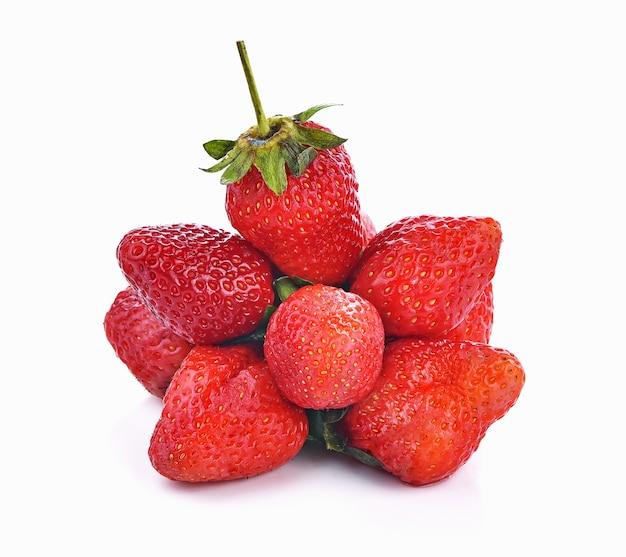 白い背景の上の新鮮なイチゴのフルーツベリー