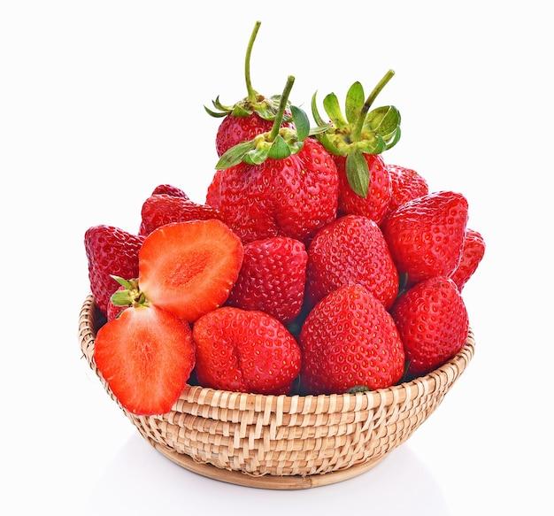白い背景の上の新鮮なイチゴフルーツベリーバスケット