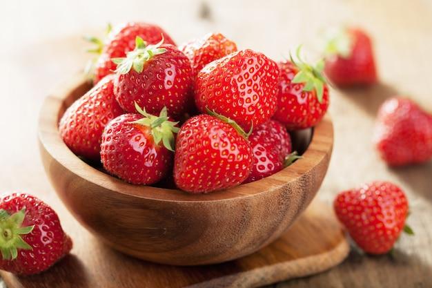 나무 그릇에 신선한 딸기