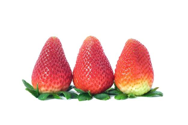 白い背景の上の新鮮なイチゴ。イチゴのクローズアップ。