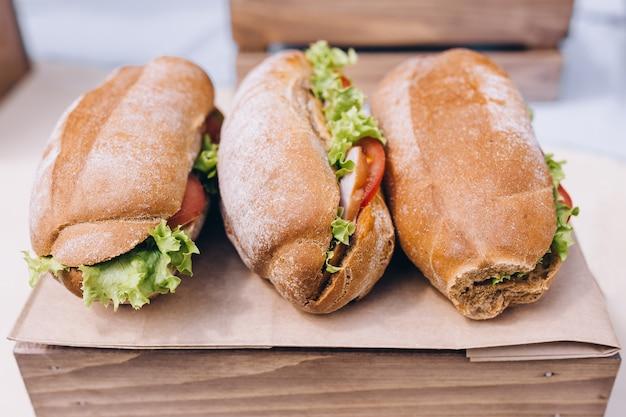 ハム、チーズ、ベーコン、トマトの新鮮な海底サンドイッチ
