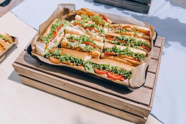 ハム、チーズ、ベーコンの新鮮な海底サンドイッチ
