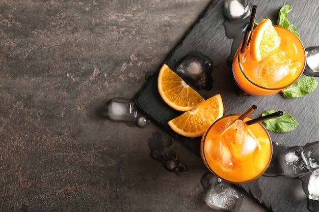 Свежий летний коктейль в очках на грифельной тарелке