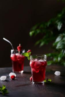 Свежий летний холодный коктейль с малиной, мятой и льдом. концепция бара и