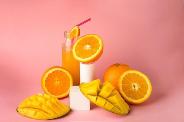 オレンジ色の高品質の写真と新鮮な夏の冷たいマンゴーカクテル
