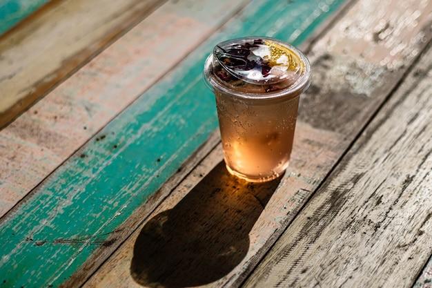 新鮮な夏の飲み物のモクテルをグラスに注ぐ
