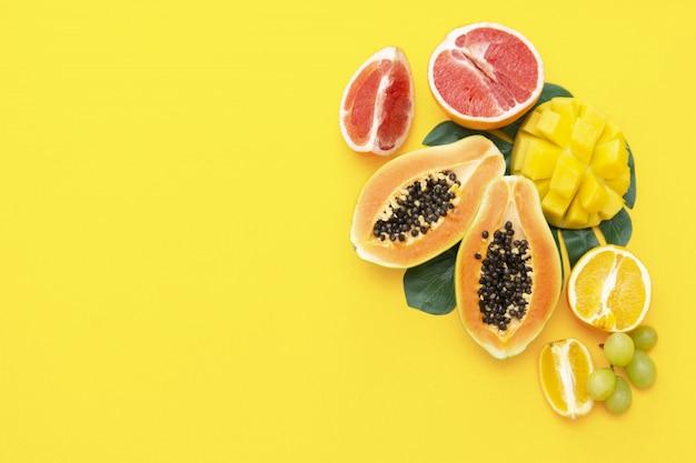 黄色の背景に新鮮な夏のエキゾチックなフルーツ