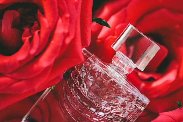 高級ギフト美容フラットレイ背景と化粧品としての香水香水の新鮮な夏の香り...