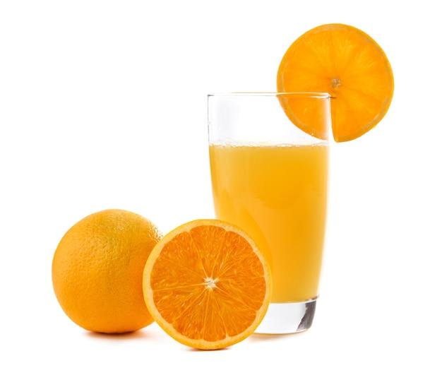 白で分離されたオレンジのスライスと新鮮なサンキストオレンジジュース