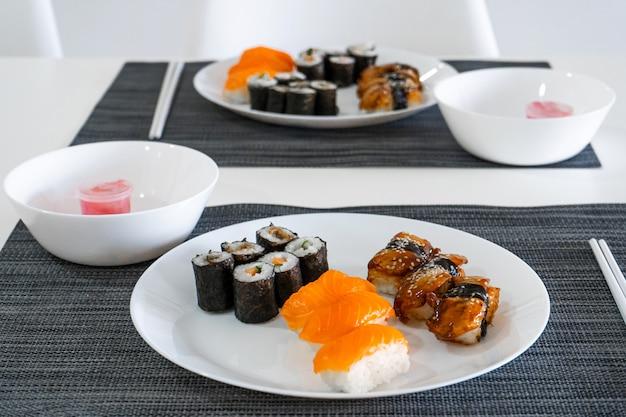 新鮮な寿司と白いお皿に巻いてあります。寿司ランチ。