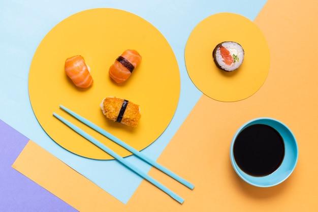 Свежие суши на тарелке с соусом