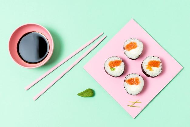 テーブルに新鮮な寿司