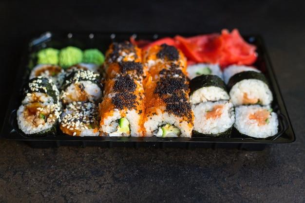 Свежие суши роллы лосось рыба летучая рыба икра овощи