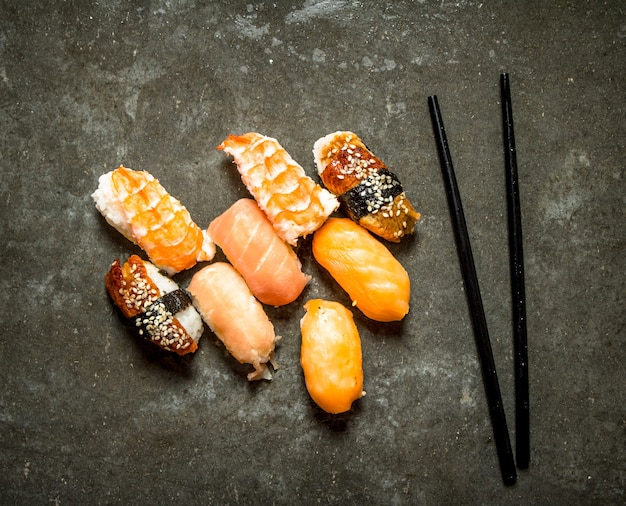 Свежие суши из морепродуктов. на каменном столе.