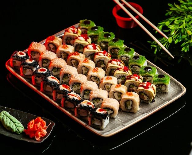 テーブルの上に新鮮な寿司セット