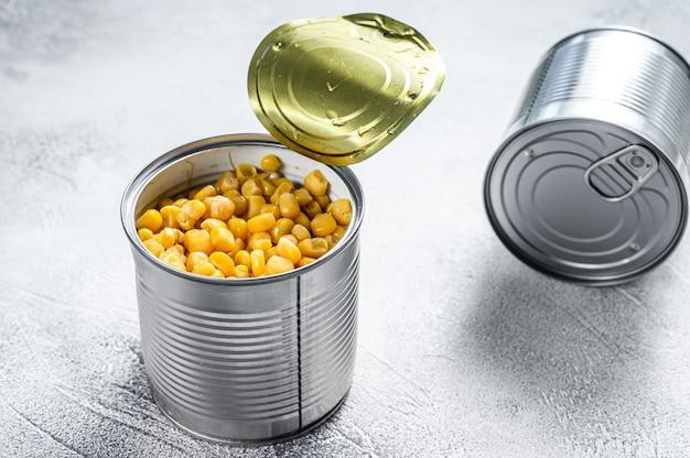 テーブルの上の新鮮なスイートコーンの缶詰