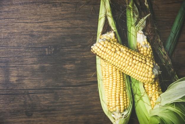 Fresh sweet corn ears on wooden. corn on cobs
