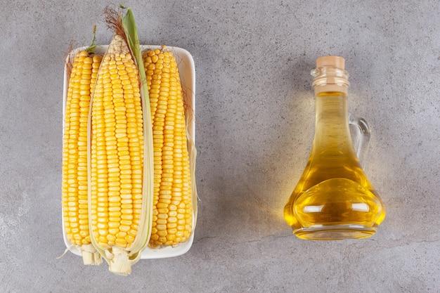 Spighe di grano dolci fresche isolate sulla zolla bianca Foto Gratuite