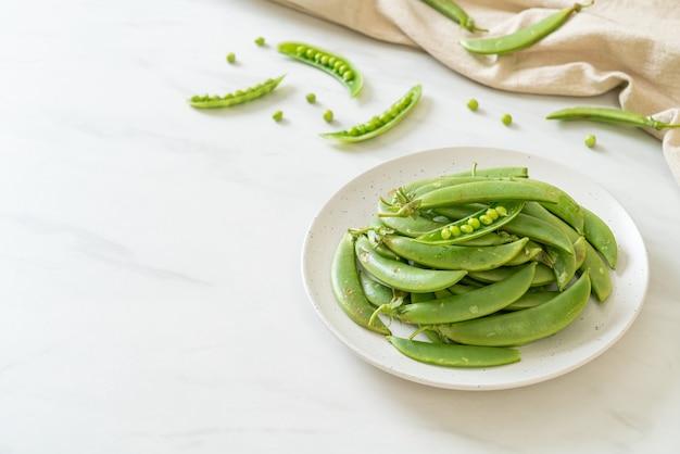 白いプレートに新鮮な甘いグリーンピース