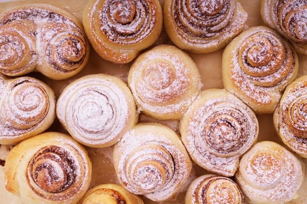 Свежие сладкие домашние булочки с корицей