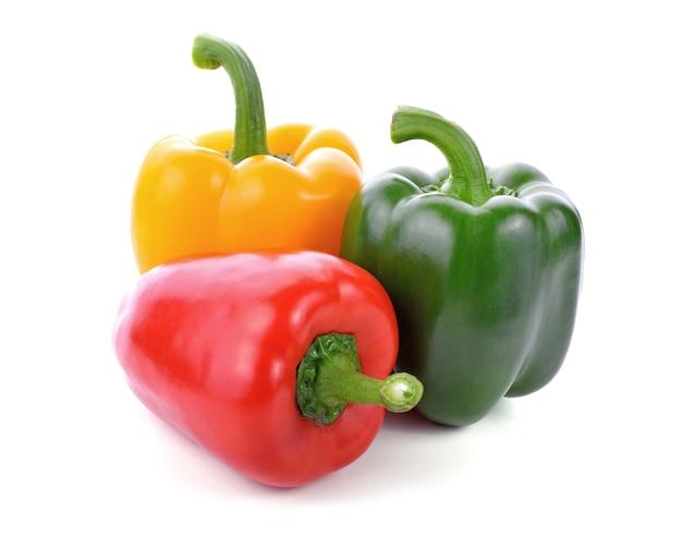Свежий сладкий перец, болгарский перец или перец на белом изолированные