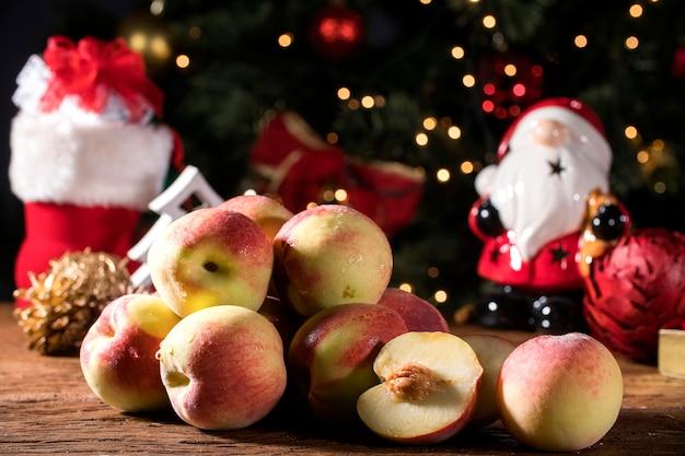 신선한 달콤한 슬라이스 복숭아와 크리스마스 장식