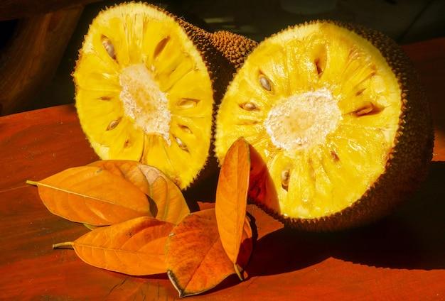 浅い焦点で、その樹液と新鮮な甘い黄色の熟したジャックフルーツ
