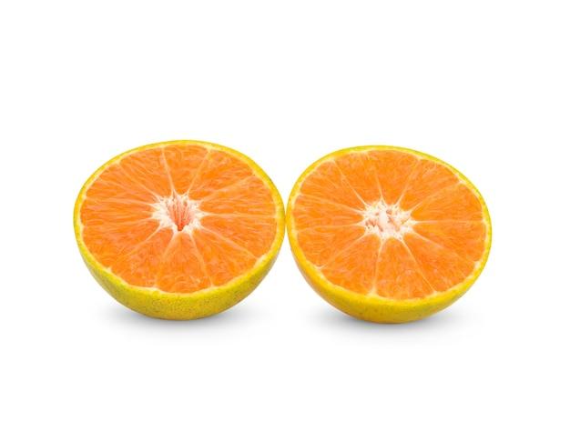 白い背景に新鮮なタンジェリン柑橘類、クリッピングパスと白い背景に分離されたマンダリンオレンジ。
