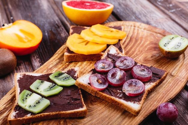 신선하고 맛있고 건강에 좋은 음식. 점심 또는 아침 식사 아이디어. 초콜릿 버터 빵, 포도