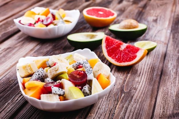 新鮮でおいしい、そして健康的な食事。ランチや朝食のアイデア。ドラゴンフルーツ、グレープ、アップルのサラダ