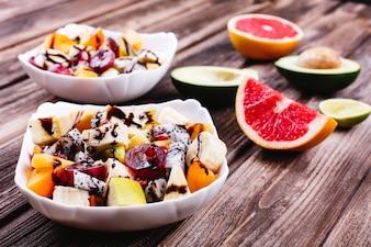 新鮮でおいしい、そして健康的な食事。ドラゴンフルーツ、グレープ、アップル、チェリーのサラダ