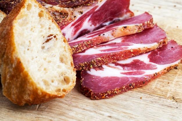 Свежее вкусное и сочное мясо свинины, маринованное и готовое к употреблению, вяленое мясо