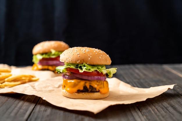 チーズとフライドポテトの新鮮なおいしい牛肉のハンバーガー