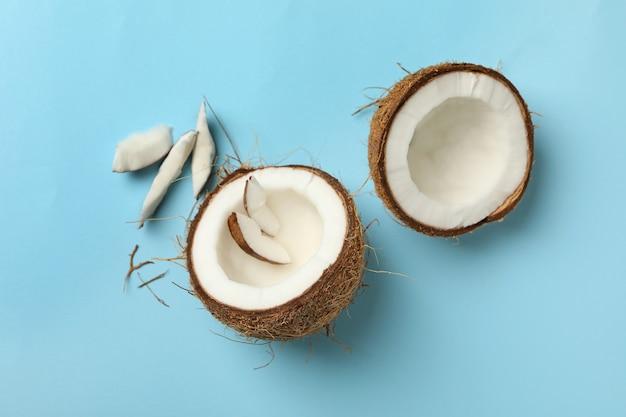 파란색 배경, 평면도에 신선한 맛있는 코코넛