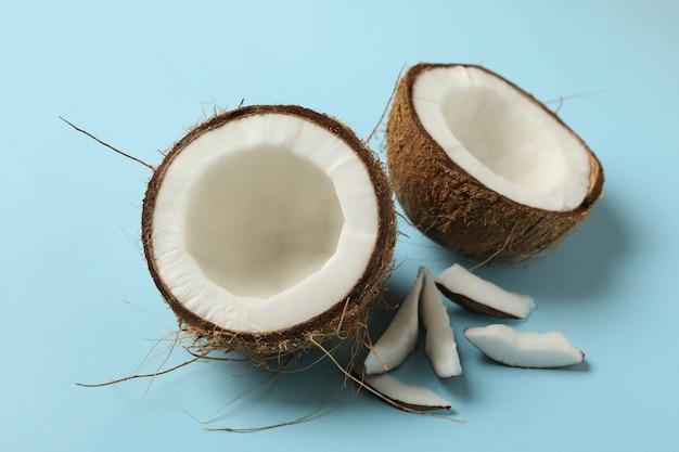 파란색에 신선한 맛있는 코코넛을 닫습니다.