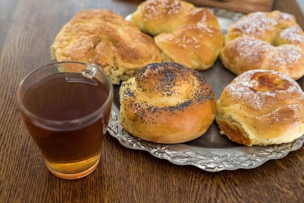 一杯のコーヒーと新鮮なおいしい自家製パン。美味しいケーキ