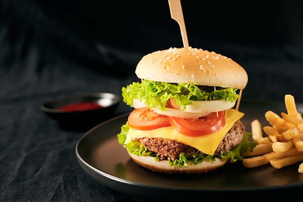 黒いプレートに新鮮でおいしい自家製ハンバーガー