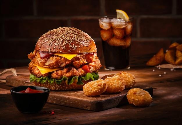 나무 테이블에 신선한 맛있는 수 제 햄버거.